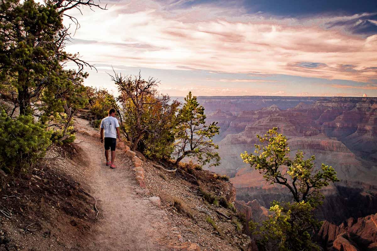 marcher au bord du grand canyon
