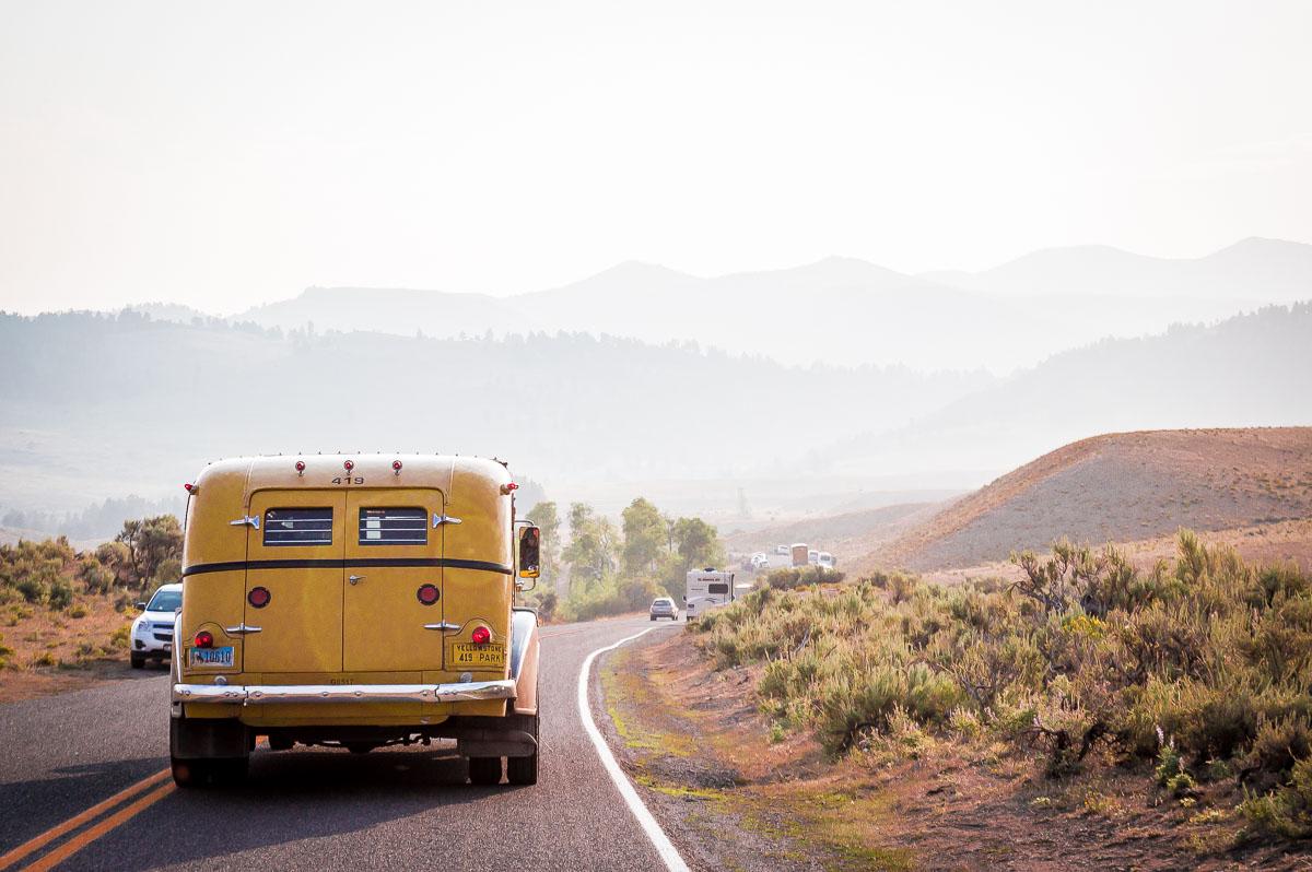 voiture jaune ancienne dans Yellowstone