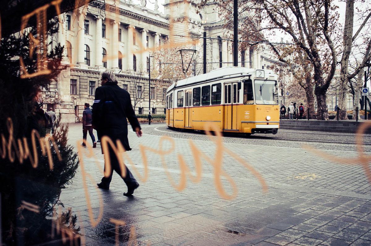 regarder le tramway à travers la vitre