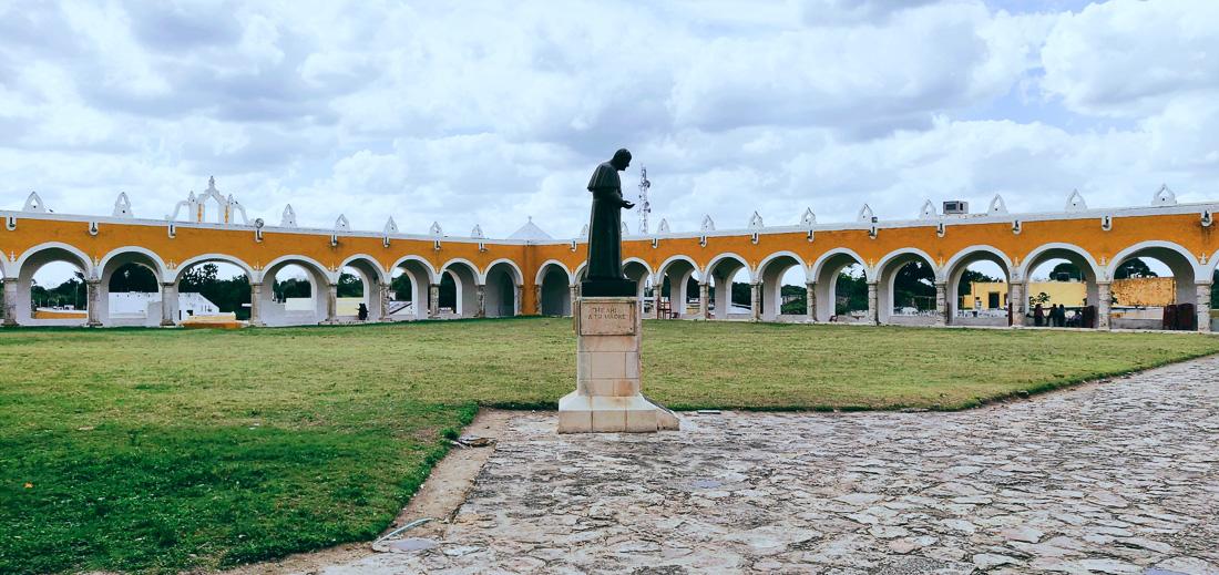 dans la cour du couvent d'izamal
