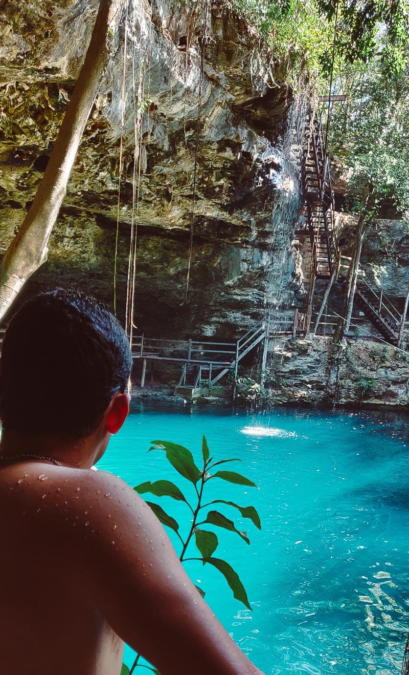 regarder la cascade du cénoté Zabi