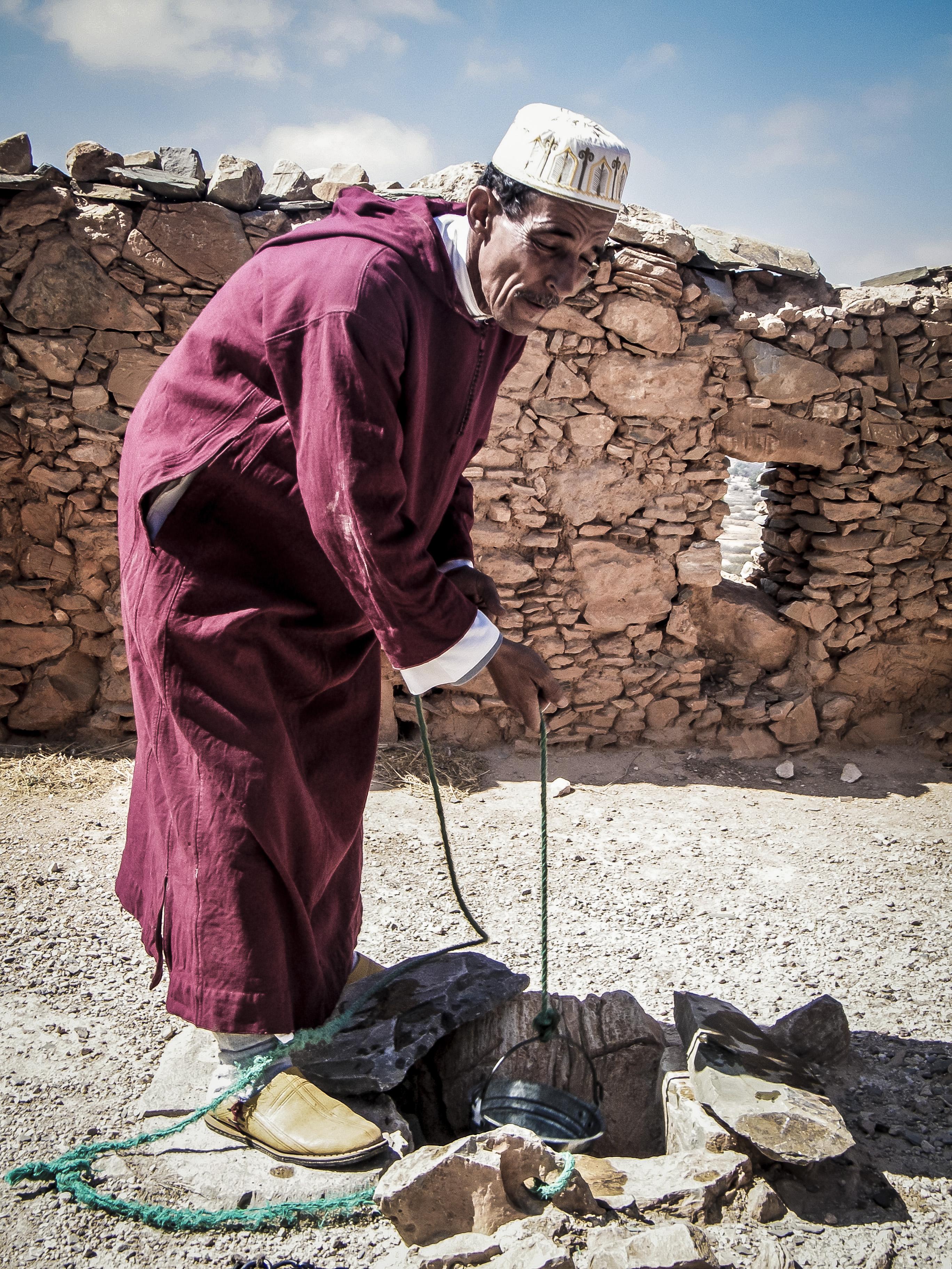 gardien qui puise l'eau au Maroc