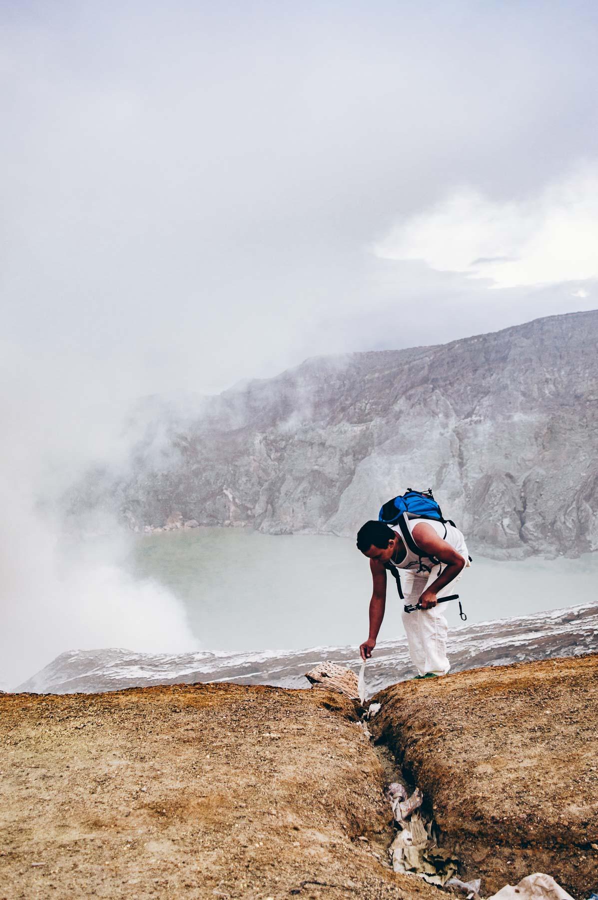 au bord du lac vert du volcan Ijen