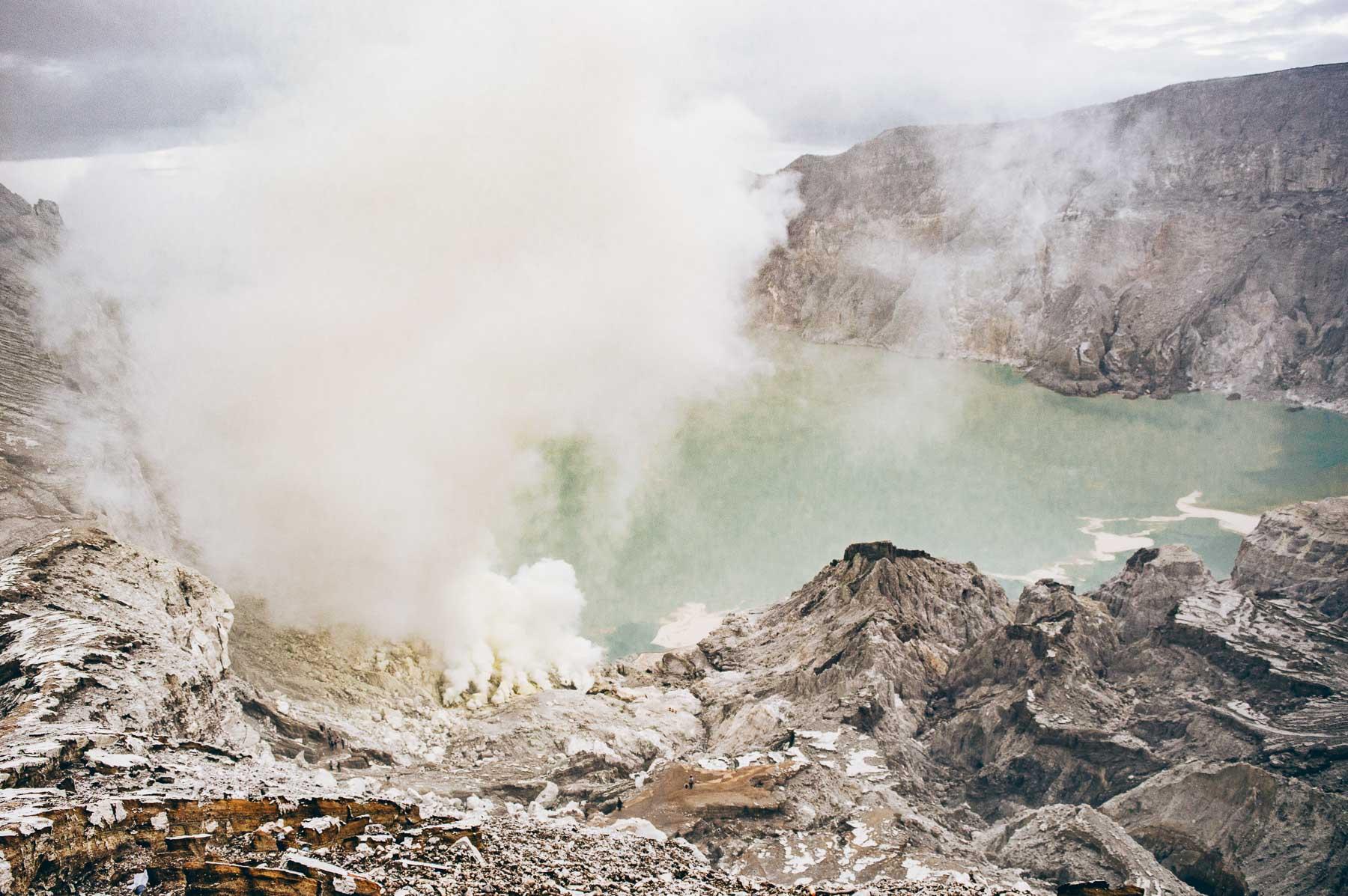 lac bleu au volcan Ijen