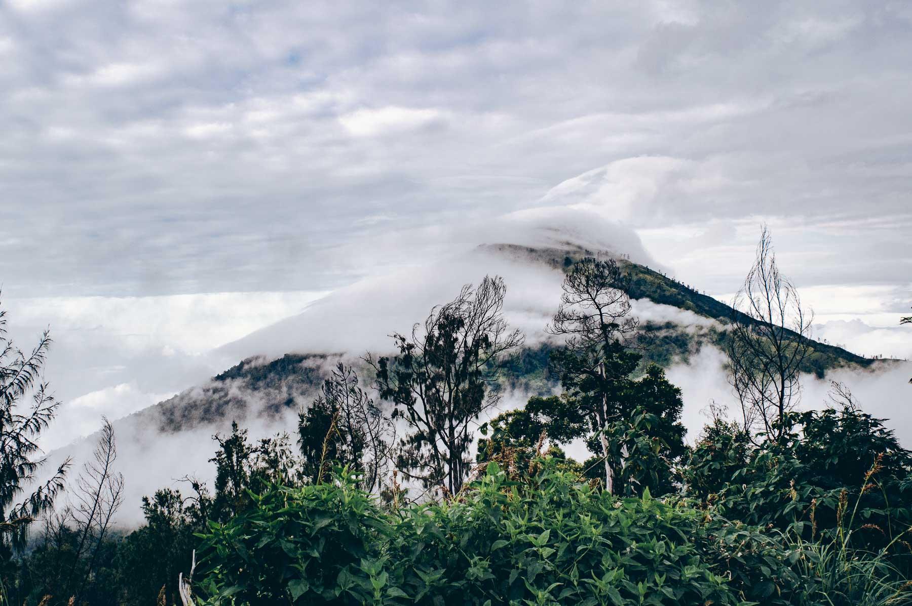 volcan de java dans la brume