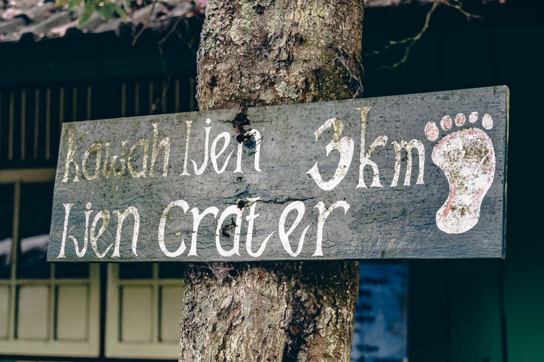 panneau du sentier départ pour l'ascension du volcan Ijen