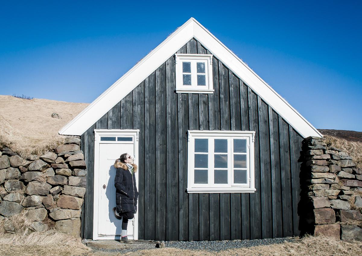 portrait devant maison islandaise