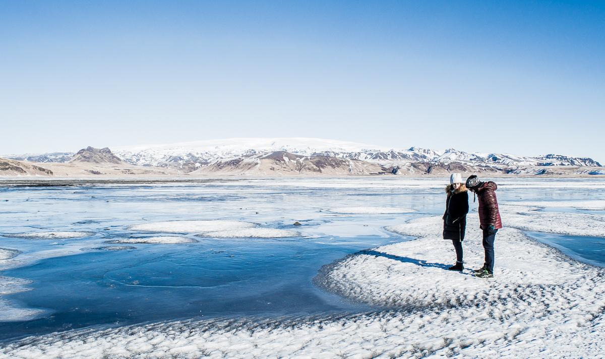 couple sur lac gelé en islande