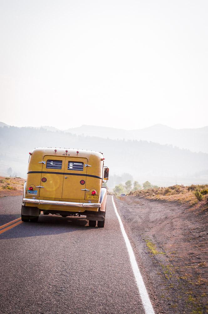 voiture ancienne jaune dans Lamar Valley