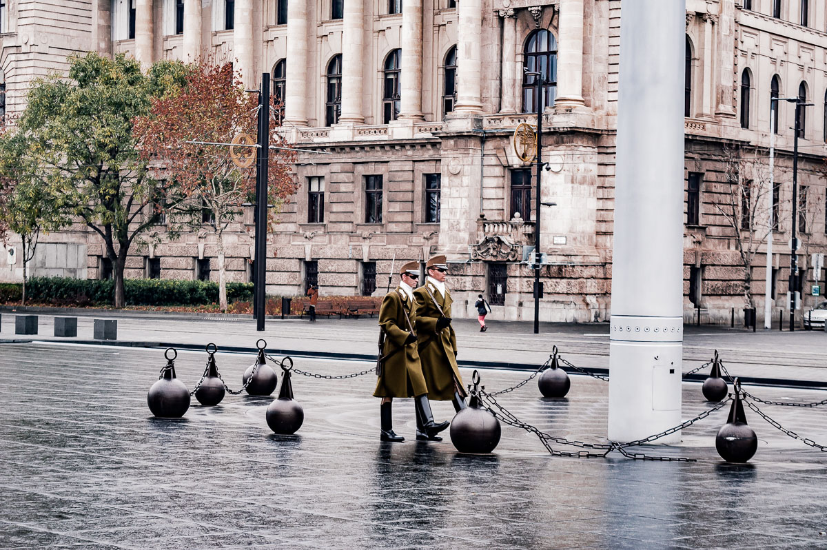 les soldats sur la place du parlement à Budapest