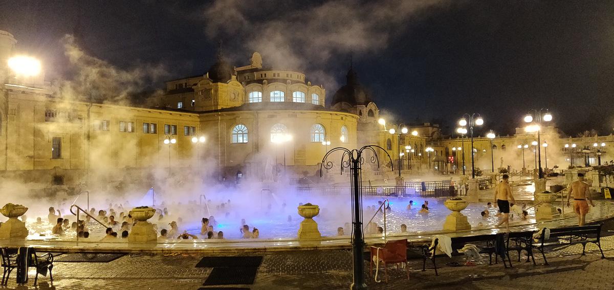 foule dans les thermes schezenyi de Budapest