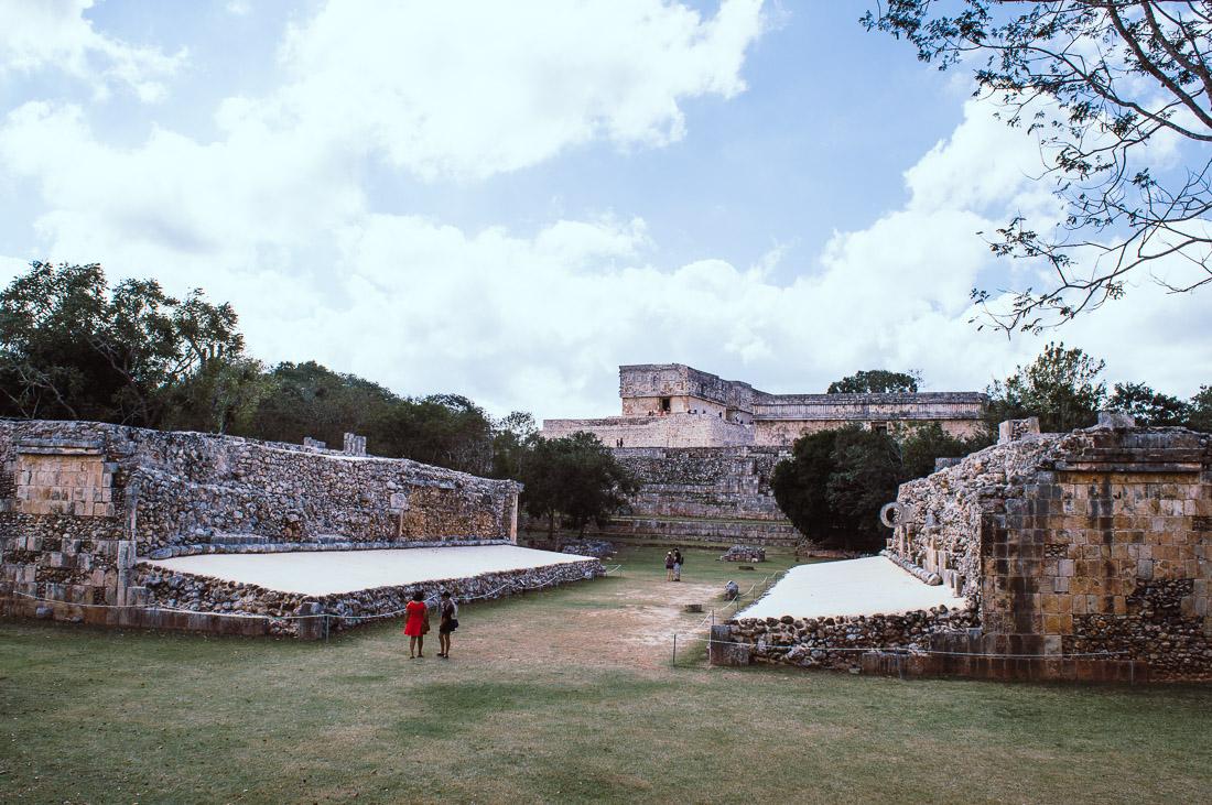 grimper en haut des ruines d'Uxmal