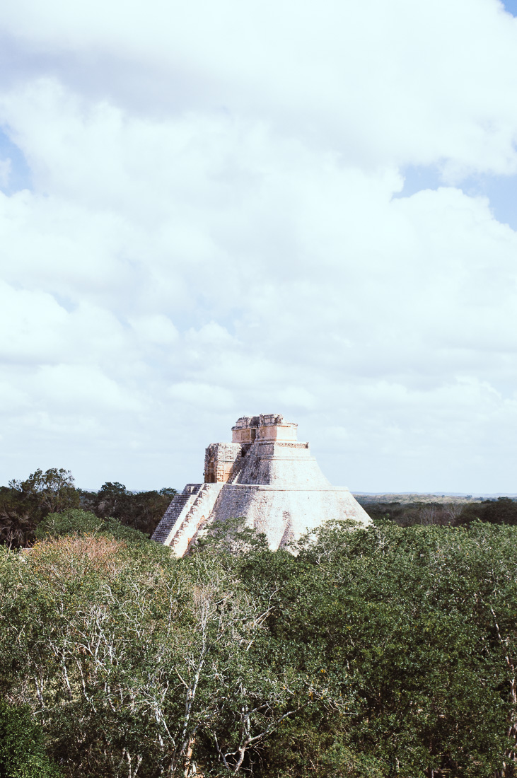 ruines mayas au-dessus de la jungle