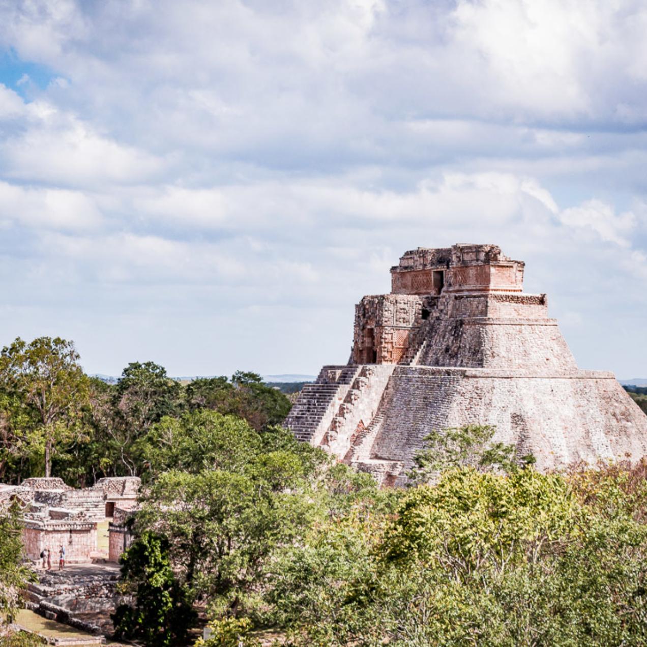 Escalader les ruines mayas du site archéologique d'Uxmal