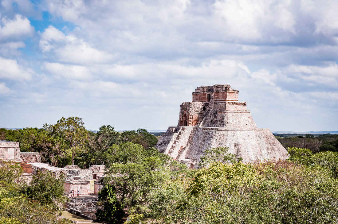 pyramide d'Uxmal dans la jungle