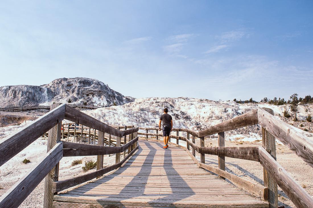 marcher sur les pontons de bois de Mammoth hotsprings