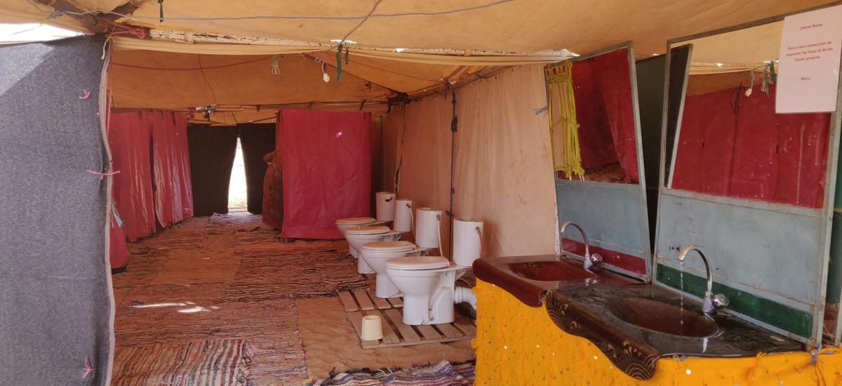 toilettes sur le bivouac du trophée roses des sables