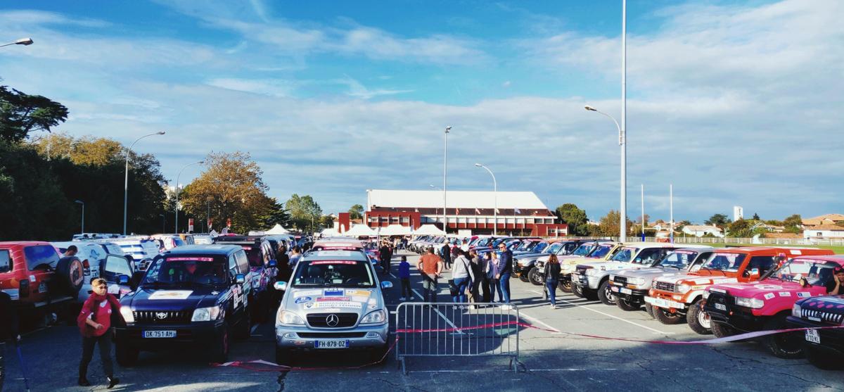parking du village départ du Trophée roses des sables