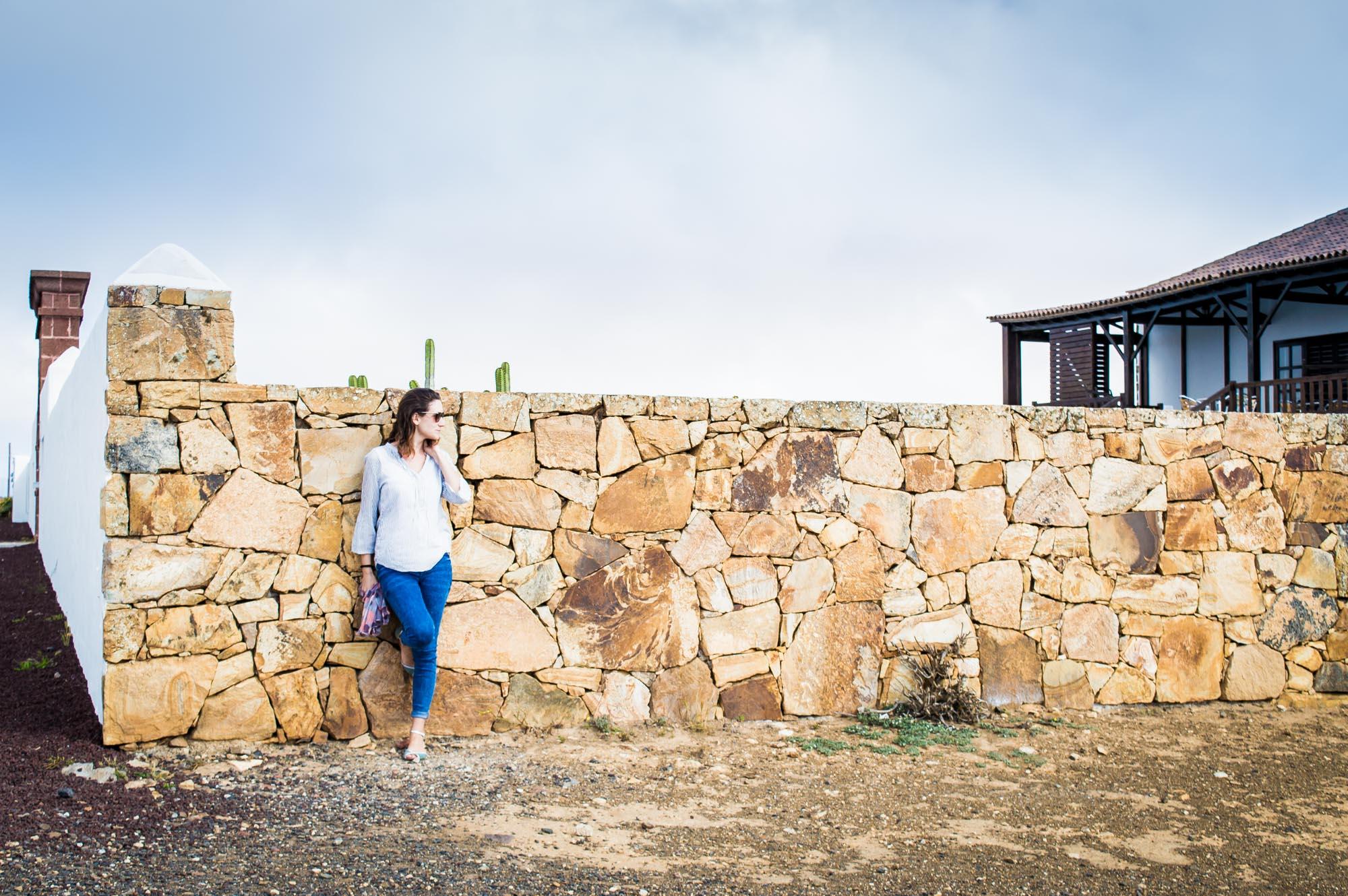 portrait devant un mur de pierre